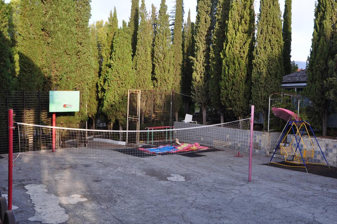Игровая спортивная площадка в сентябре. Летом, конечно, развлечений побольше