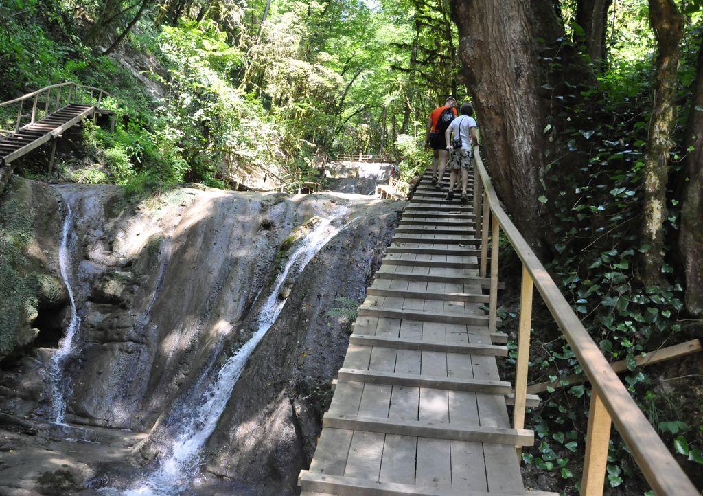 Тропа по ступеням 33 водопада
