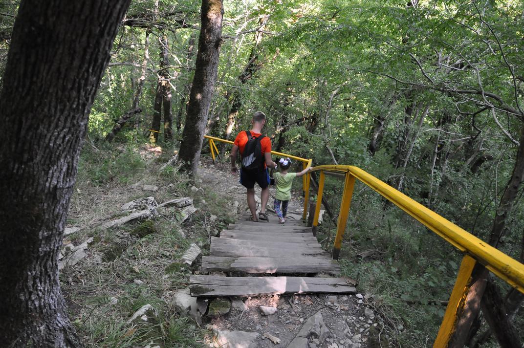 Спуск к Мамедовой щели от водопада