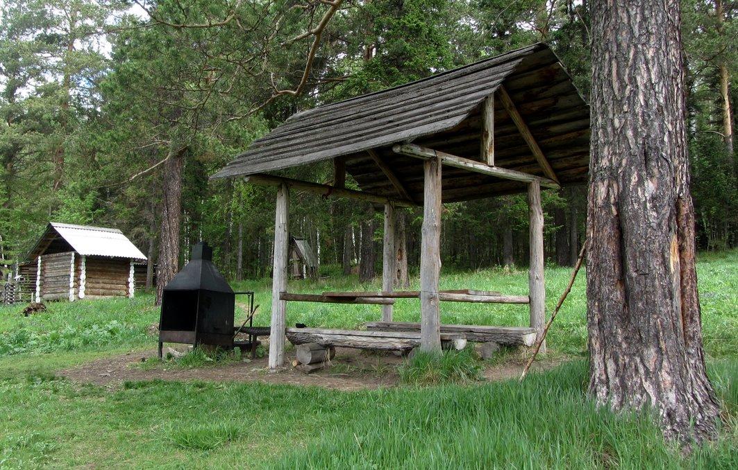 Укрытия со столами возле домиков. Кордон у трех вершин