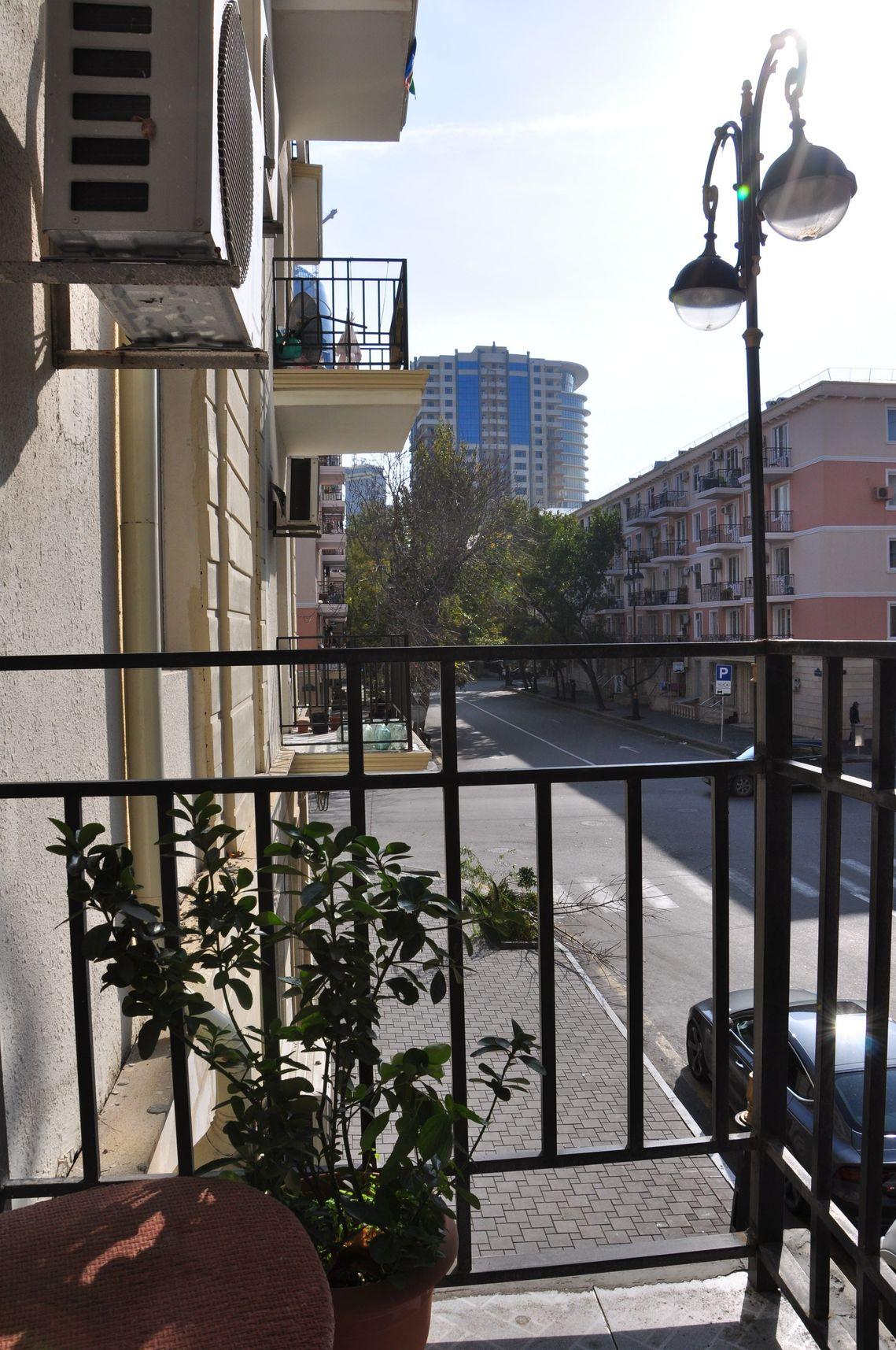 Вид с балкона на улице Низами (за высоткой - набережная), 2200 за двое суток