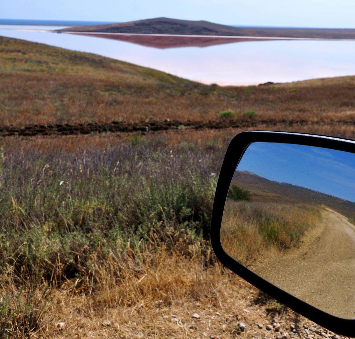 Подъезжая к Розовому озеру. Сколько стоит отдохнуть в Крыму