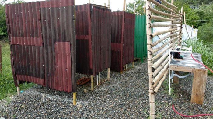 Душевые кабины с горячей водой в кемпинге Black Sand Camp