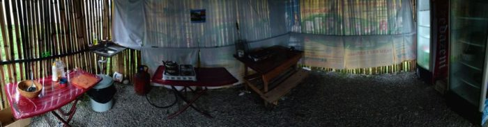 Кухня в кемпинге Black Sand Camp. Есть холодильник, две плиты и раковина